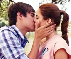Bacio tra Violetta e Leon